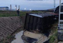 два грузовых вагона с углём сошли с рельсов
